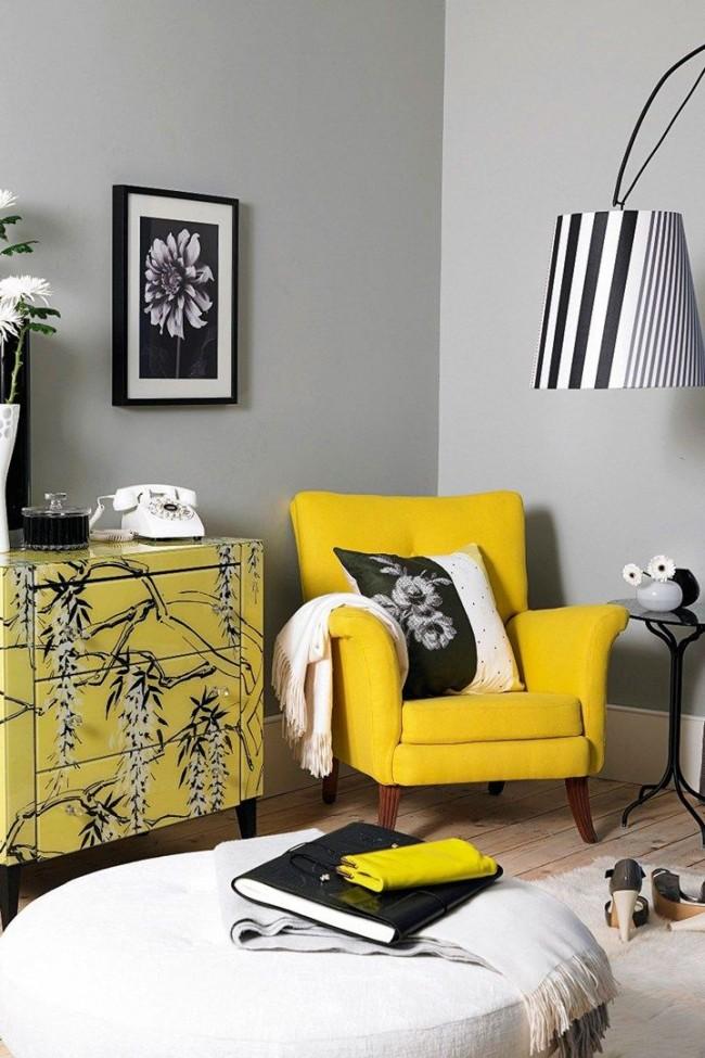 Une belle combinaison de couleurs blanches, grises, noires et jaunes à l'intérieur du salon