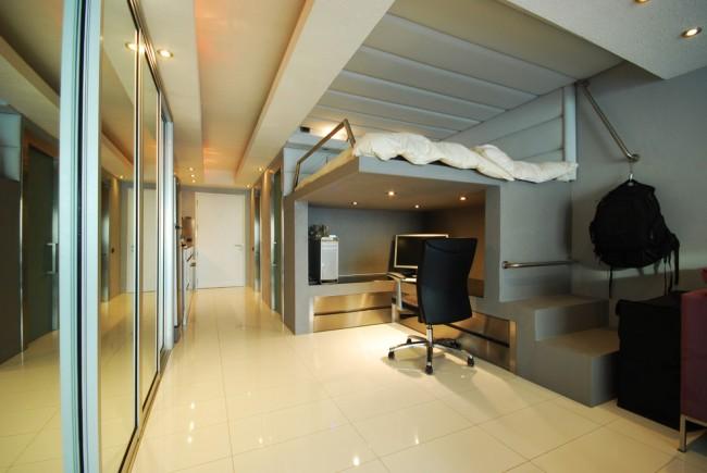Un lit mezzanine avec un lieu de travail est un excellent moyen d'économiser de l'espace utilisable dans un petit appartement