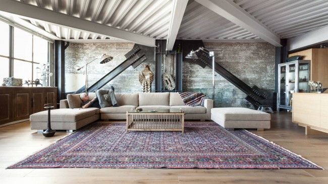 Le style industriel et loft à l'intérieur sont étroitement liés.  Les entretoises ouvertes, les chevrons et autres structures de support et de déchargement sont bien sûr les bienvenus ici