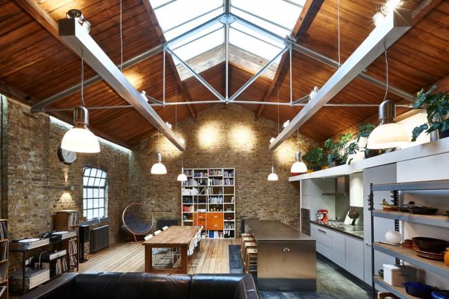 Le plafond a dicté le concept initial de cette pièce lors de la discussion du projet entre le client et les architectes.  Les poutres en acier sous le toit à pignon ont été complétées par deux rails en aluminium légers pour installer les principales sources de lumière, cachant le câblage et les unités de commande.