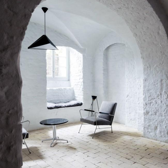 L'intérieur rompt deux fois les stéréotypes: ici l'idée habituelle du style loft est violée, ce qui, à son tour, détruit les idées habituelles d'une maison confortable.  Murs blancs plâtrés et influence notable du style Bauhaus dans la décoration: l'intérieur d'un appartement dans une ancienne usine à la périphérie de Berlin