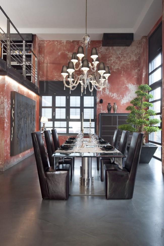 La décoration murale immaculée, portant des traces de très nombreuses années, est une toile de fond magnifique pour tous les ensembles de meubles et de décorations vintage et ultra-modernes