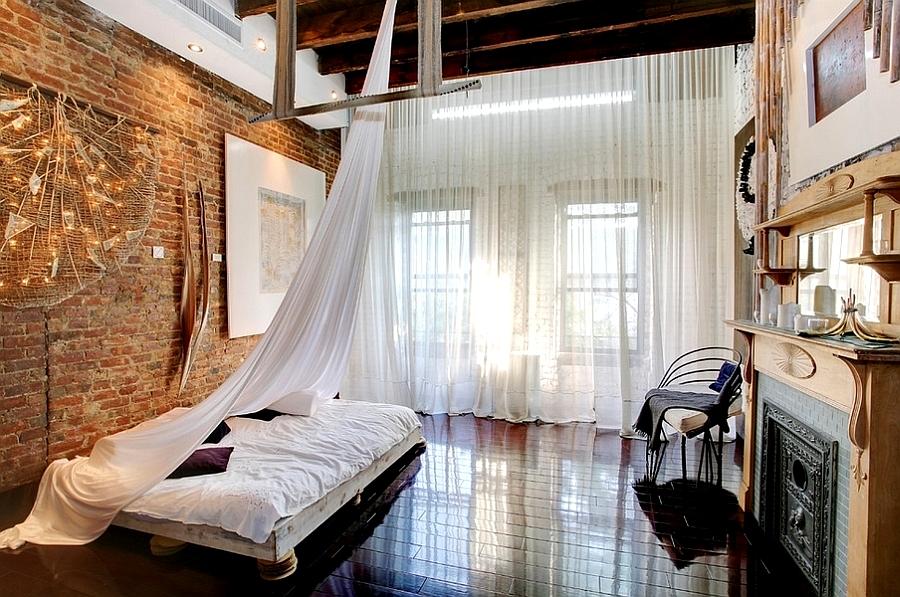 Malgré les idées stéréotypées sur les lofts, des rideaux lumineux bien choisis ne peuvent qu'ajouter de la lumière, de l'air et de l'espace à l'intérieur, et en aucun cas détruire son style.
