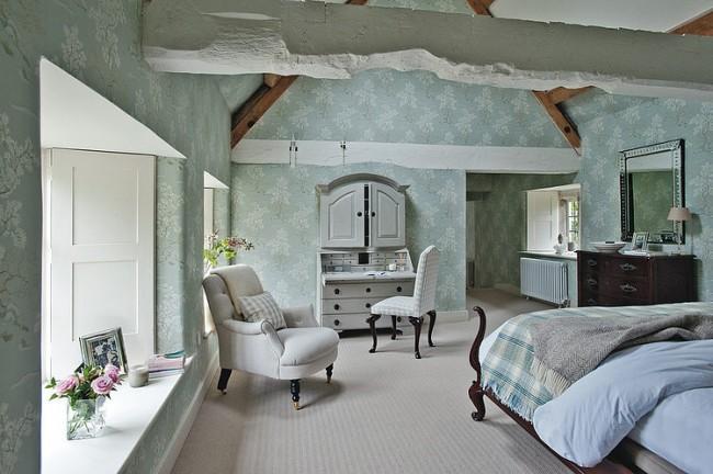 Le papier peint donne à la chambre une atmosphère particulière et donne à la pièce une sensation de confort