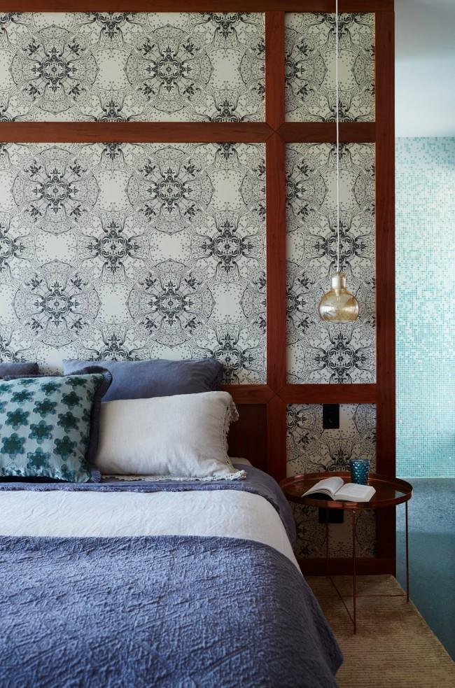 Vous recherchez une parcelle ininterrompue garantie pour votre mur de tête de lit?  Un mandala à motifs est une excellente idée pour apporter une touche d'ambiance zen à une chambre moderne.