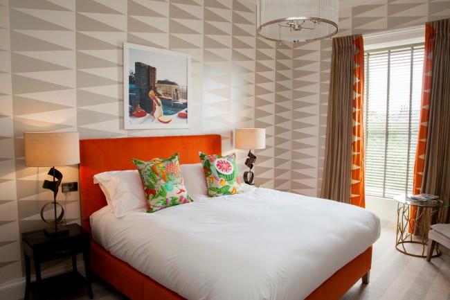 Il n'est pas nécessaire que le papier peint soit de couleur vive ou active, une palette assez légère et une texture inhabituelle pouvant être répétée dans des objets de décoration ou des textiles