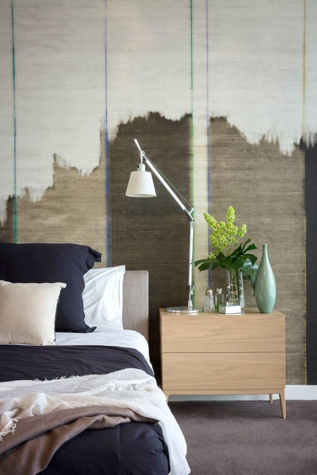Un papier peint grunge inhabituel complètera les murs blancs comme neige et changera radicalement le look de la chambre.