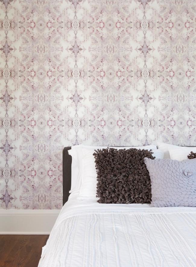 Un papier peint lilas délicat avec un motif kaléidoscopique rêveur et irréel est associé aux rêves, à la relaxation et au sommeil réparateur.