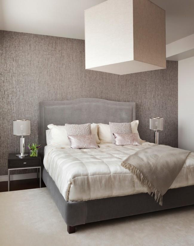 Les revêtements en bambou et en tissu sont parfaits pour les murs de la tête de lit