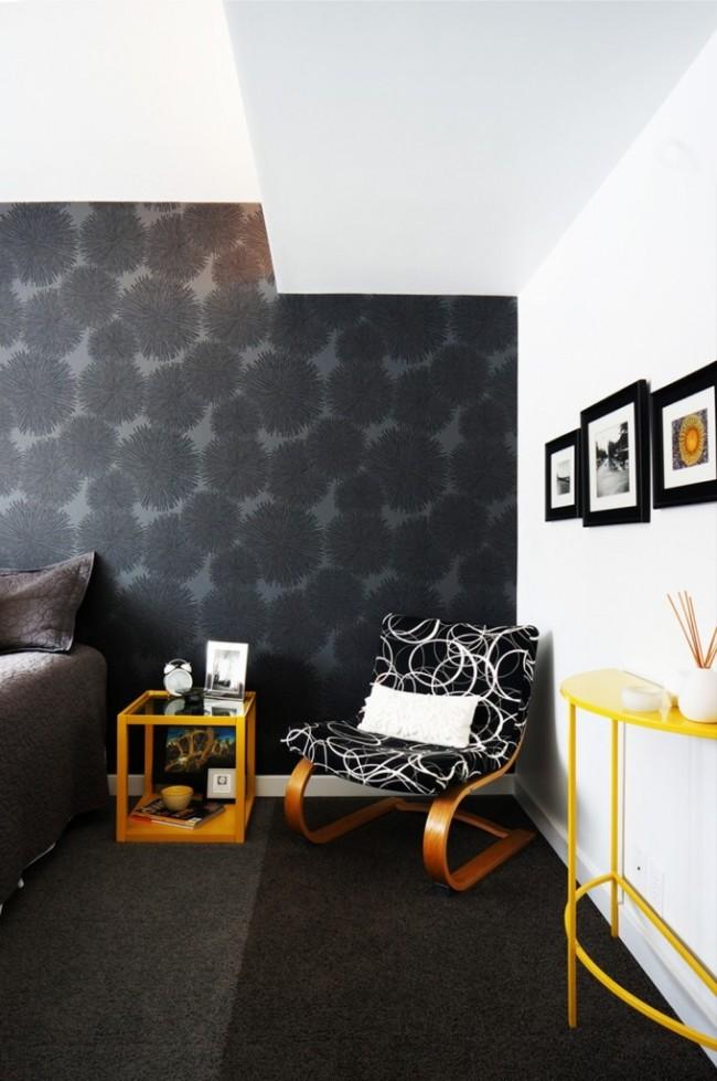 Grand imprimé floral noir sur fond gris foncé: collection Jealous Wurs par Hookedonwalls
