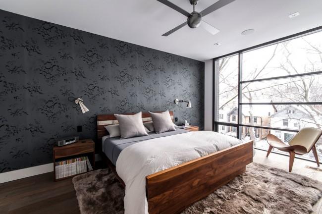 Le papier peint textile noir ne s'assombrit pas, mais rafraîchit seulement la pièce grâce aux fenêtres panoramiques et à un flux abondant de lumière naturelle