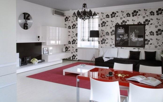 Papier peint noir et blanc à l'intérieur du salon
