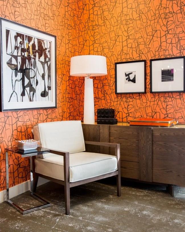 Le papier peint orange vif convient parfaitement aux meubles blancs et bruns.