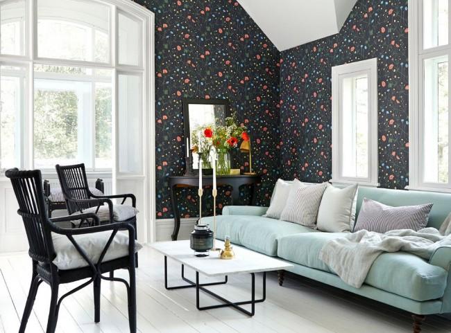Salon élégant avec papier peint foncé