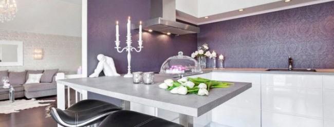 Papier peint moderne avec un motif de couleur gris-lilas dans la cuisine