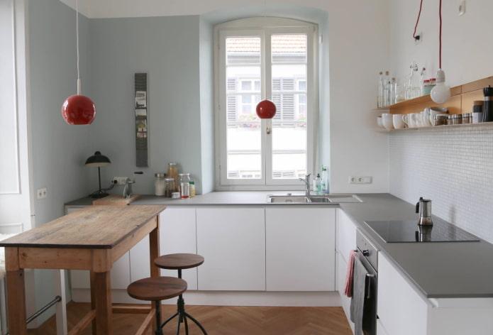 disposition des meubles à l'intérieur d'une petite cuisine
