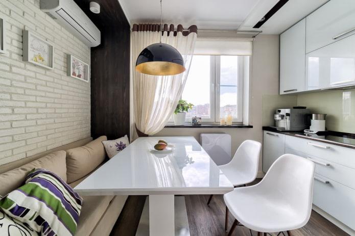 décor et textiles à l'intérieur d'une petite cuisine