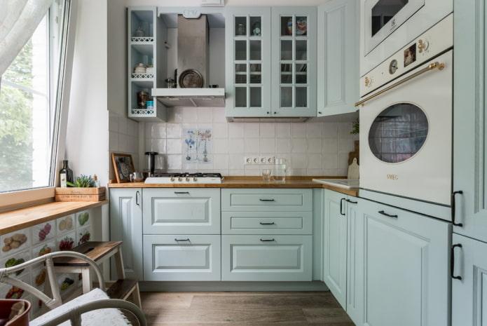 disposition des équipements à l'intérieur d'une cuisine de petite taille