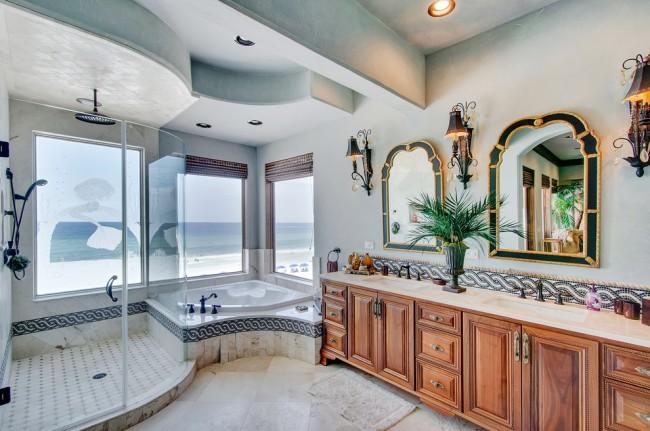 Belle salle de bain de style colonial.  Remarquez comment la salle de douche est attachée