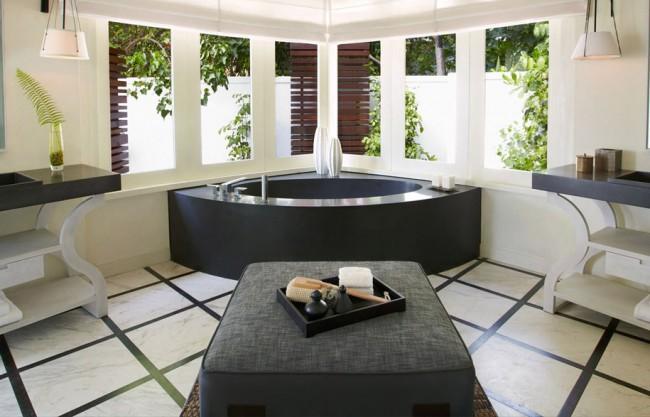 Un mélange intemporel de noir et de blanc gagnant-gagnant: une baignoire en pierre noire dans une pièce blanche à la décoration classique