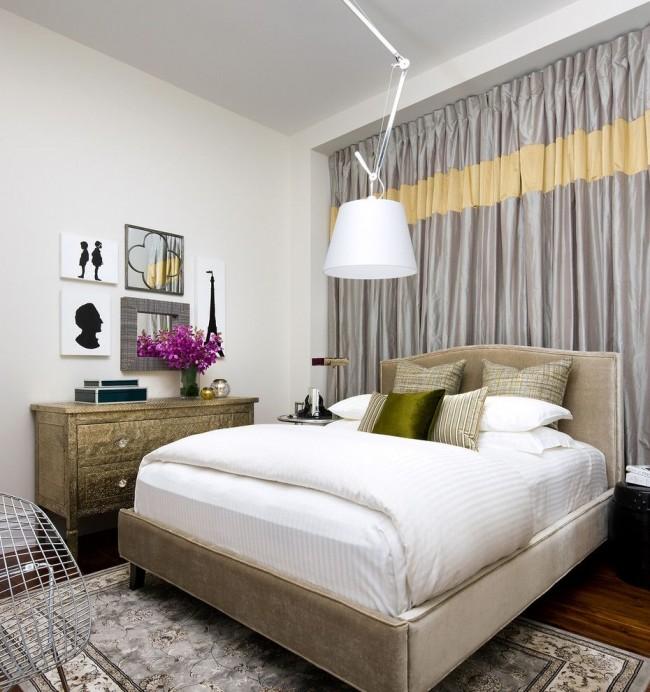 Les rideaux en taffetas gris-argent offrent une bonne protection contre la lumière