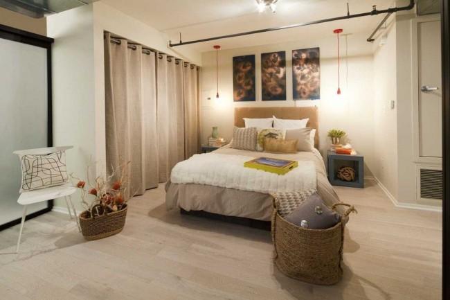 Rideaux à œillets en lin gris dans la chambre moderne