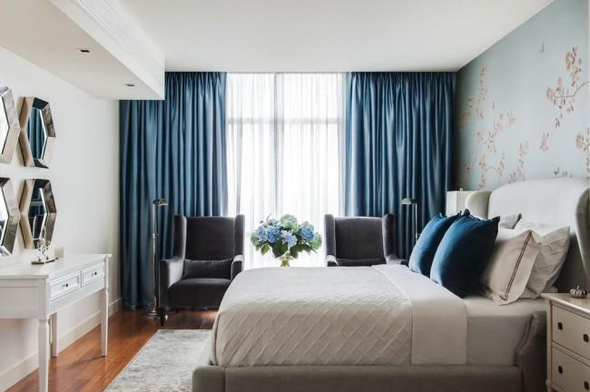 Les rideaux bleu foncé en tissu dense conviennent à ceux qui aiment dormir dans l'obscurité totale.
