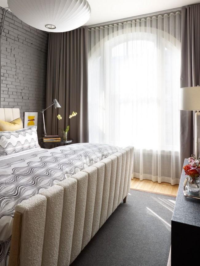 La solution classique avec une combinaison de rideaux transparents clairs et de rideaux de nuit sombres s'intègre parfaitement dans l'intérieur moderne de la chambre