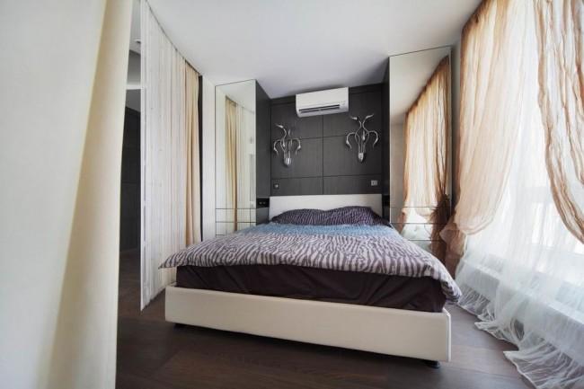 Rideaux en tulle clair en blanc et beige dans une petite chambre