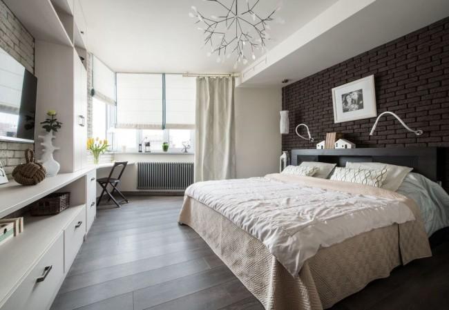 Combiner des rideaux classiques avec des rideaux romains dans une chambre moderne