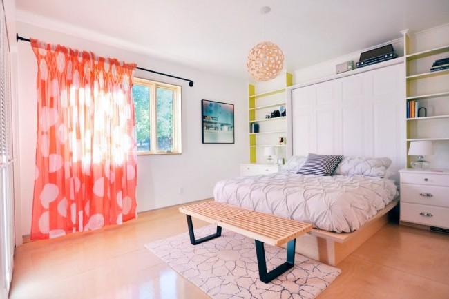 Les rideaux translucides brillants avec un motif conviennent à une jeune fille