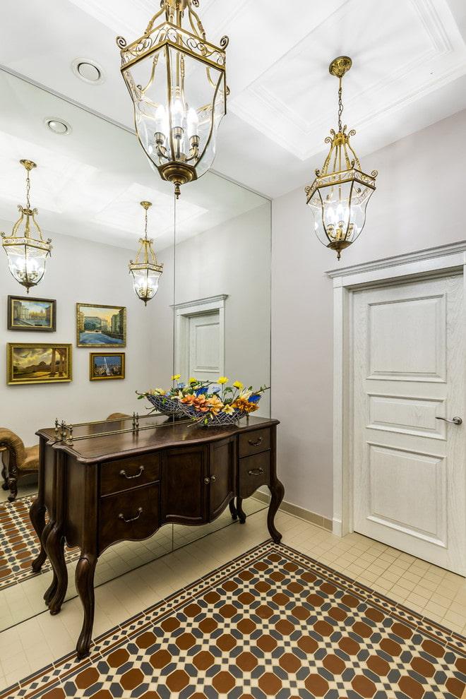 éclairage dans le couloir dans le style classique
