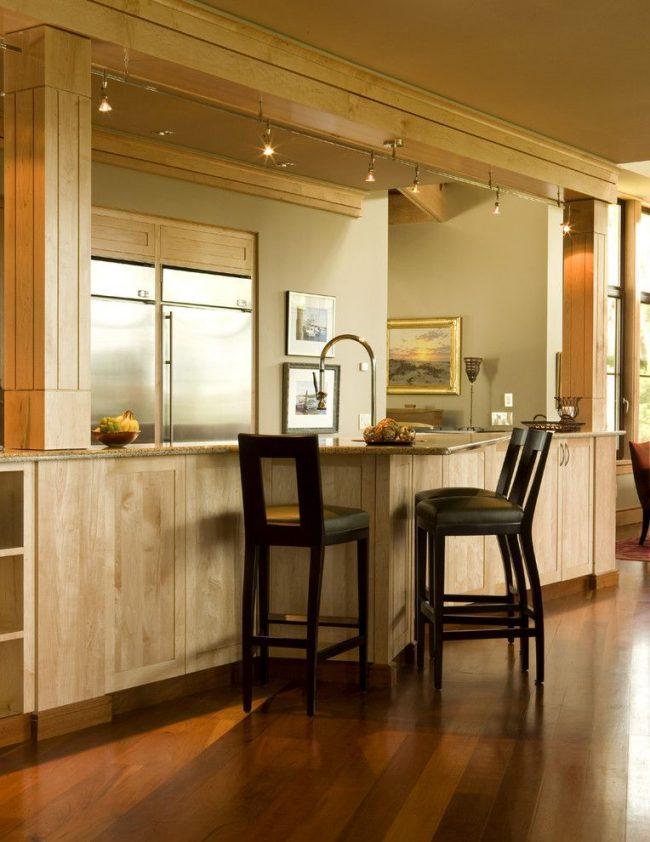 Le double objectif du comptoir de bar: remplacement de la table à manger et espace de rangement supplémentaire pour les éléments intérieurs
