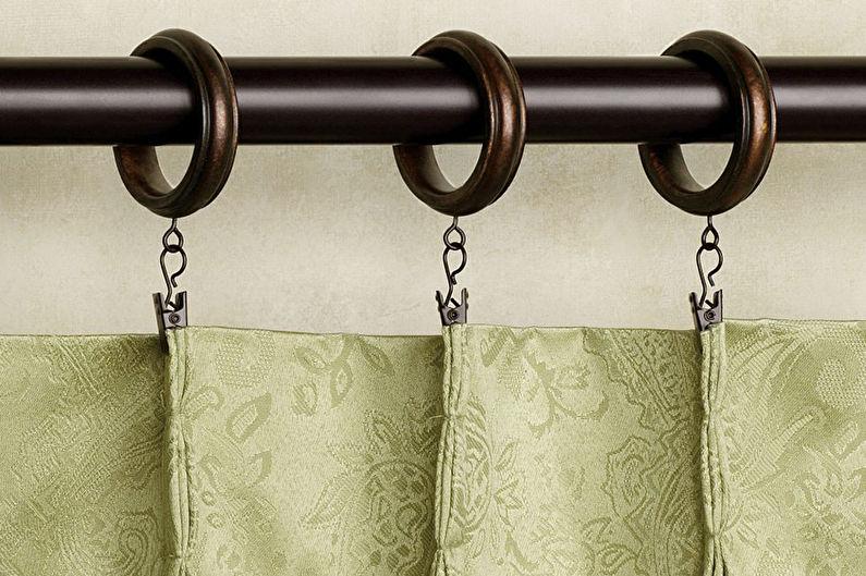 Rideaux dans la chambre sur des anneaux avec des pinces à linge