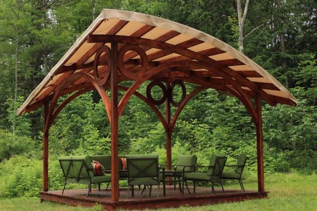 Grand gazebo en bois avec toit asymétrique