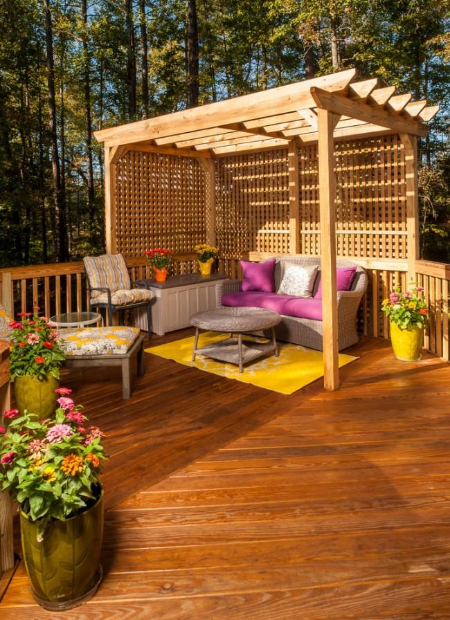 Le toit plat du gazebo en bois s'intègre également parfaitement dans le style oriental.  En soi, il ne protège pas particulièrement du soleil et a des fonctions purement décoratives.  D'autre part, il existe de nombreuses façons de le compléter avec des auvents amovibles.