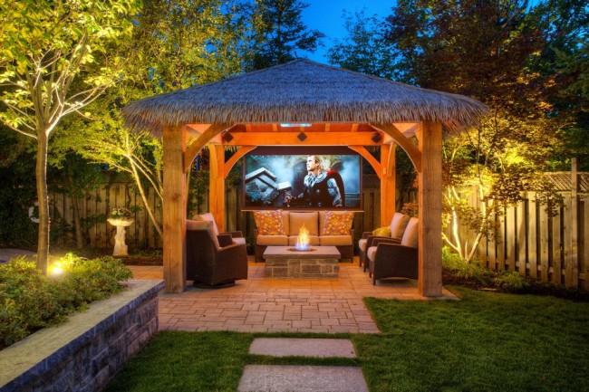 La toiture peut être réalisée solidement, mais de faux toits de chaume peuvent aider à donner à votre site un aspect de patio tropical.