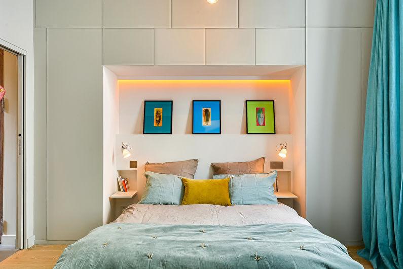 Design d'intérieur de chambre à coucher à Khrouchtchev - Mur modulaire au-dessus de la tête de lit
