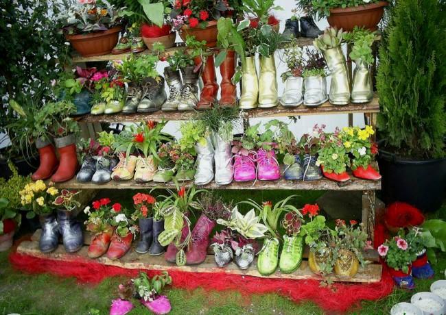 Jardin fleuri lumineux de vieilles chaussures