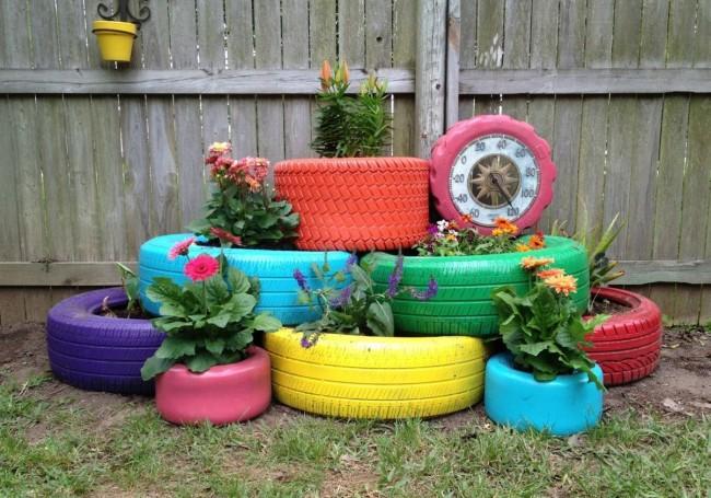 Les pneus multicolores rendront le parterre de fleurs plus intéressant et attrayant