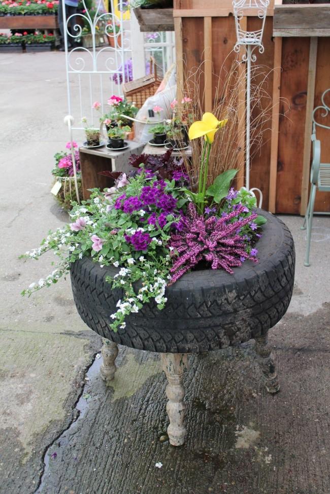 Le pot de fleurs original d'un pneu de voiture