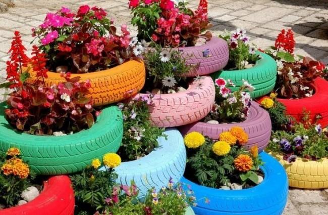 Jardin de fleurs de pneu à plusieurs niveaux