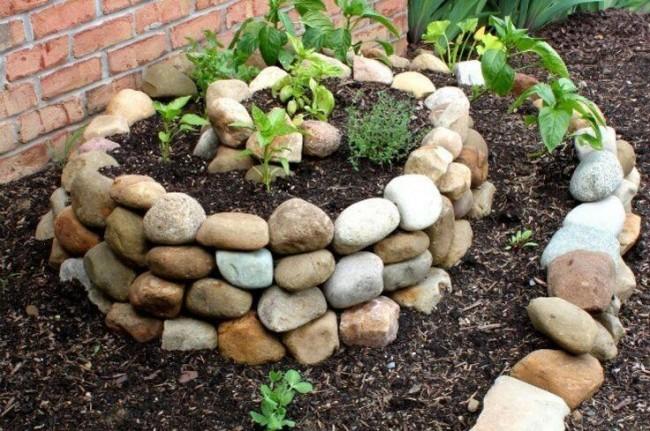Parterre de fleurs à plusieurs niveaux de grosses pierres