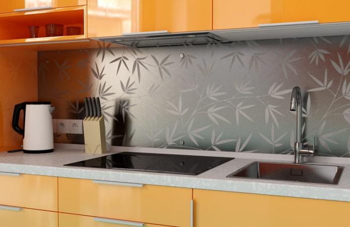métal dans la finition du tablier de cuisine