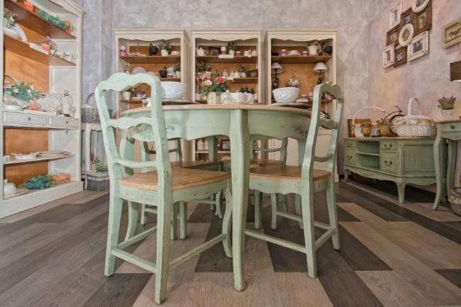 Cuisine légère de style provençal: décor floral naïf et couleurs pastel