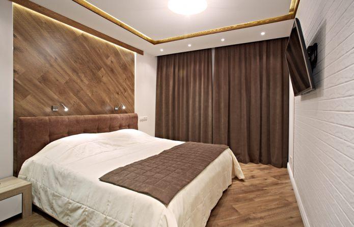 rideaux marron sous le couvre-lit
