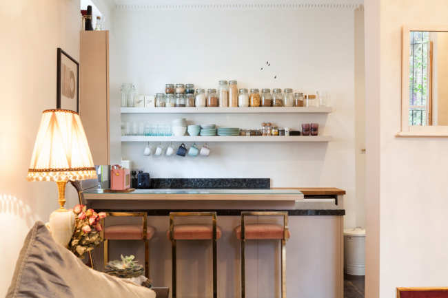 Studio de cuisine miniature avec étagères ouvertes