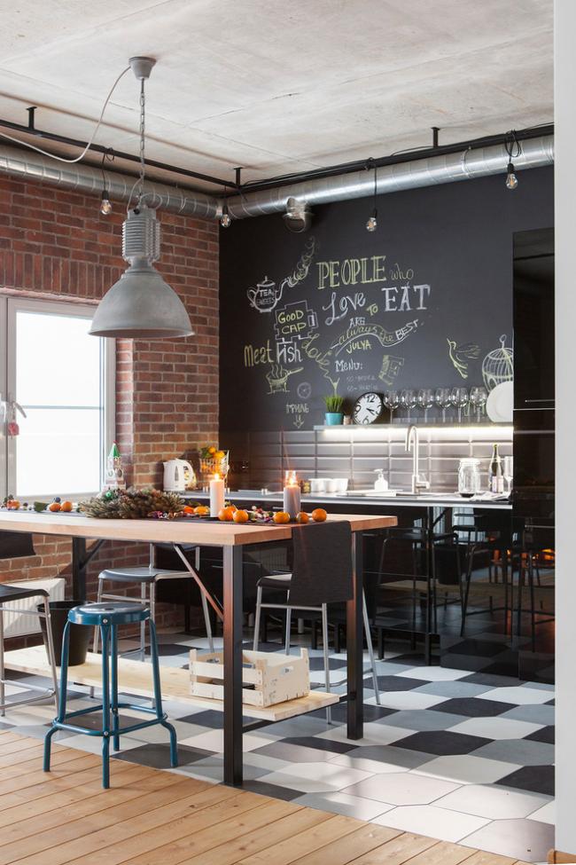 La cuisine de style loft est décorée d'un mur peint en noir