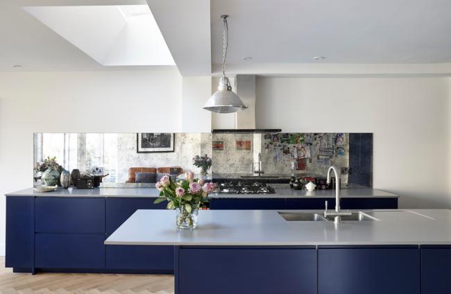 Cuisine moderne bleu et blanc avec des meubles minimalistes