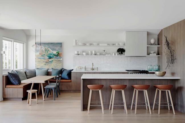 Cuisine de studio moderne décorée avec des étagères avec de la vaisselle blanche